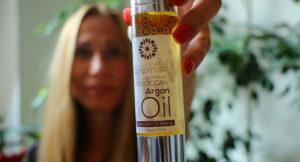50ml Flasche mit Pumpe Arganöl mit Lavendel - Eine Frau hält sie in der Hand