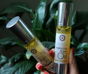 Arganöl bei onpure - 50ml Flaschen in der Hand mit Pflanze im Hintergrund