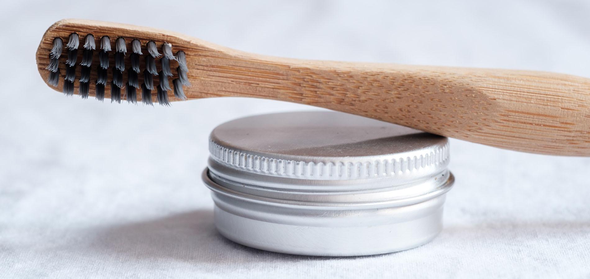 Bambus Zahnbürsten - Blogeintrag von onpure - Bambus Zahnbürste liegt auf einer Dose