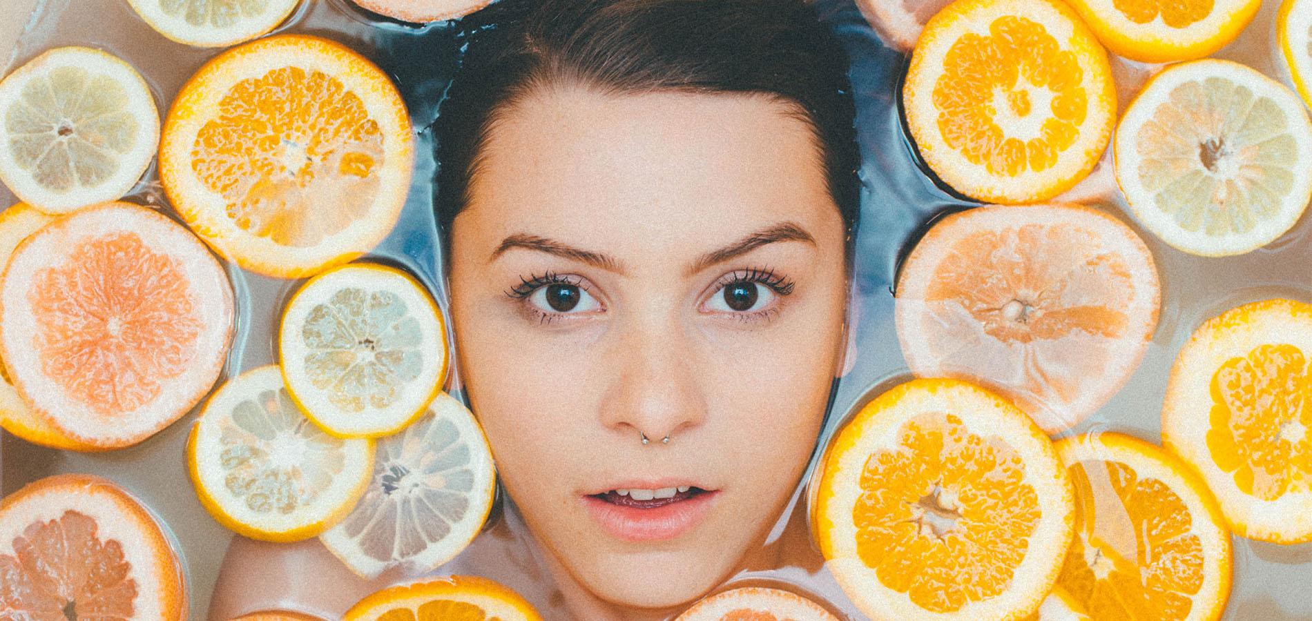 Vegane Pflegeprodukte - Frau badet in Früchtewasser