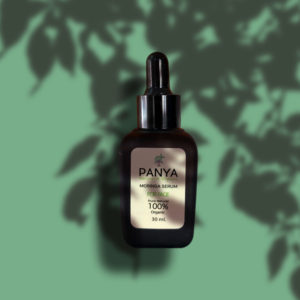 30ml Moringa Serum Flasche mit Pipette - auf grünem Hintergrund mit floralem Schatten